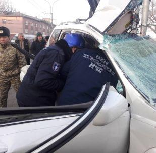 Спасатели МЧС на месте ДТП, где внедорожник врезался в столб на пересечении улиц Дэн Сяопина и Интергельпо.