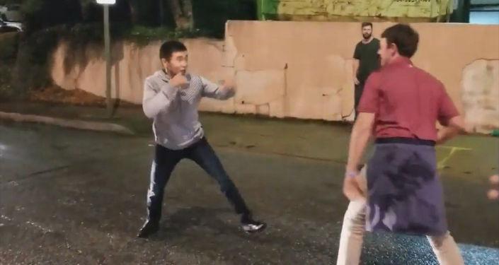 В соцсетях распространяется видео драки якобы с участием кыргызстанца.