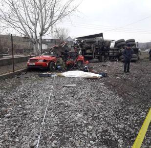 В Сузакском районе цементовоз протаранил автомобиль марки Audi С4, в котором находились пять человек