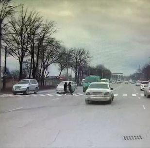В Бишкеке микроавтобус Газель сбил девушку на пешеходном переходе, сообщили корреспонденту Sputnik Кыргызстан.