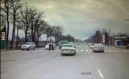 Бишкекте катуу ылдамдыкта бараткан микроавтобус жөө адамдар өтө турчу чийинден аялды учура сүздү. Бул тууралуу Sputnik Кыргызстан агенттигине күбө билдирди.