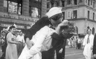 Медсестра Грета Циммер Фридман и моряк Джордж Мендос целуются на Таймс-сквер в Нью-Йорке в день победы над Японией в 1945 году.