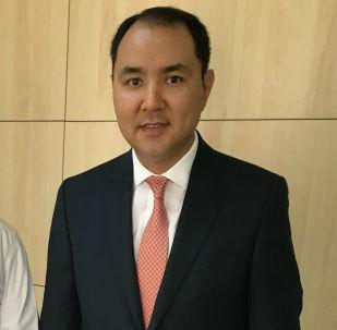 Экс-полномочный посол Кыргызской Республики в Государстве Катар Нуран Ниязалиев (справа). Архивное фото