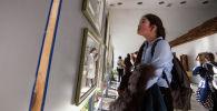 Девушка на открытии выставки. Архивное фото