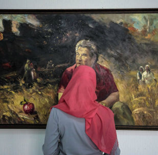 Девушка смотрит на картину на выставке вКыргызском национальном музее изобразительных искусств имени Гапара Айтиева. Архивное фото