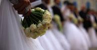 Невеста держит букет цветов. Архивное фото