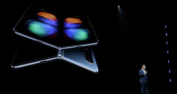Samsung компаниясы жаңы Galaxy Fold смартфонун Сан-Франциско шаарында элге көрсөттү