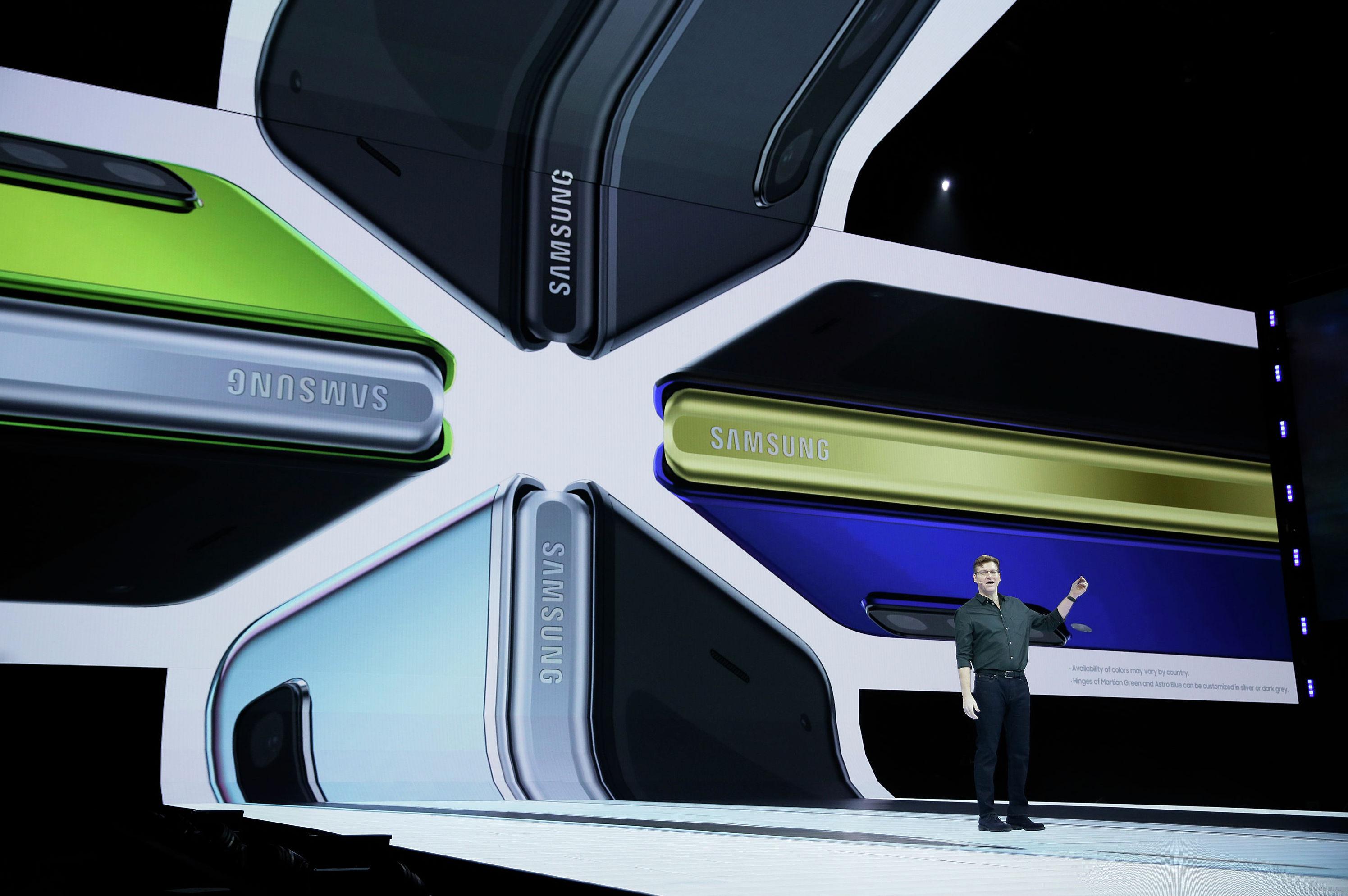 Джастин Денисон, старший вице-президент по разработке мобильных продуктов, рассказывает о цветовых вариантах нового смартфона Samsung Galaxy Fold в среду, 20 февраля 2019 года, в Сан-Франциско