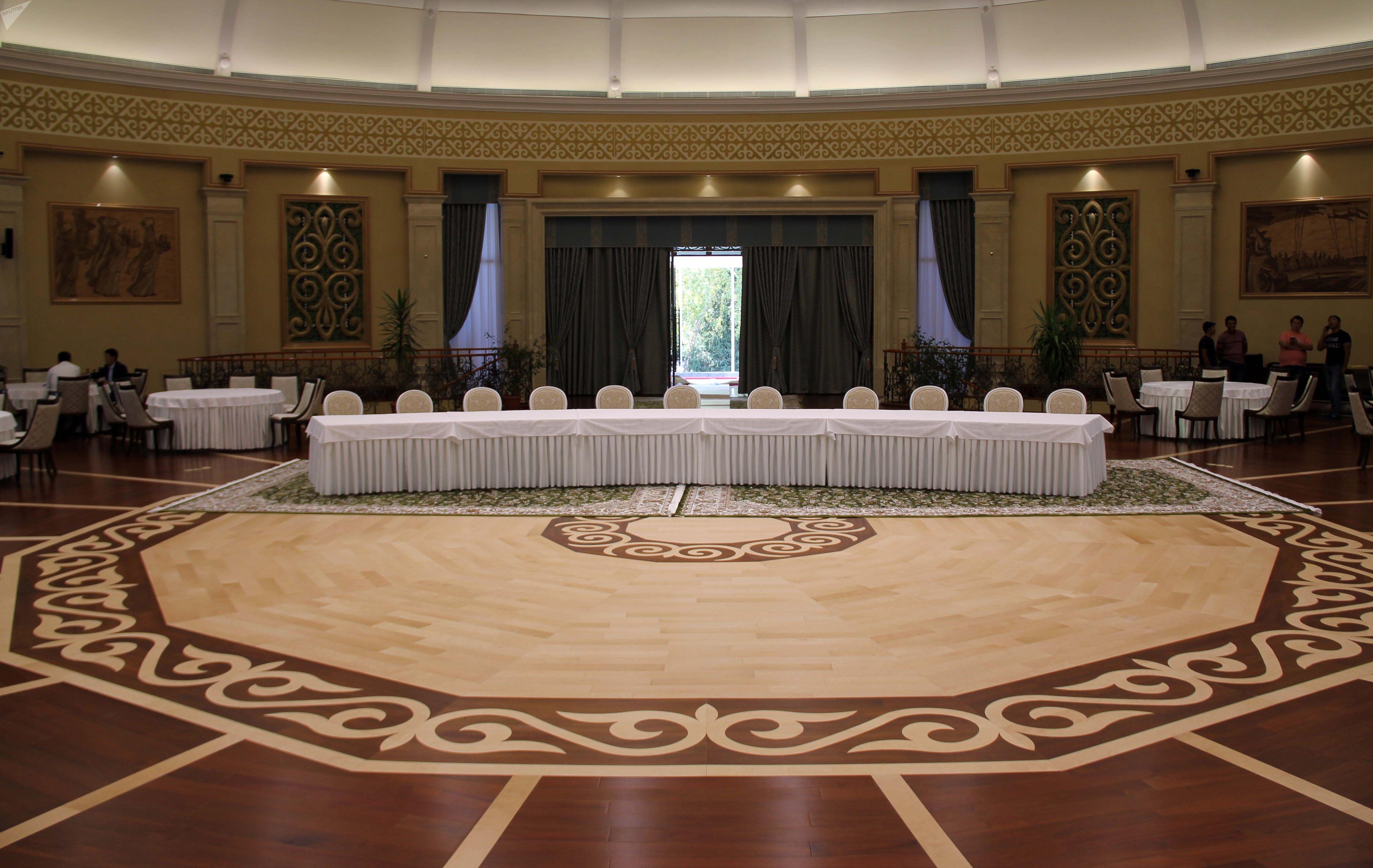Большой зал со столами в доме приемов в госрезиденции Ала-Арча