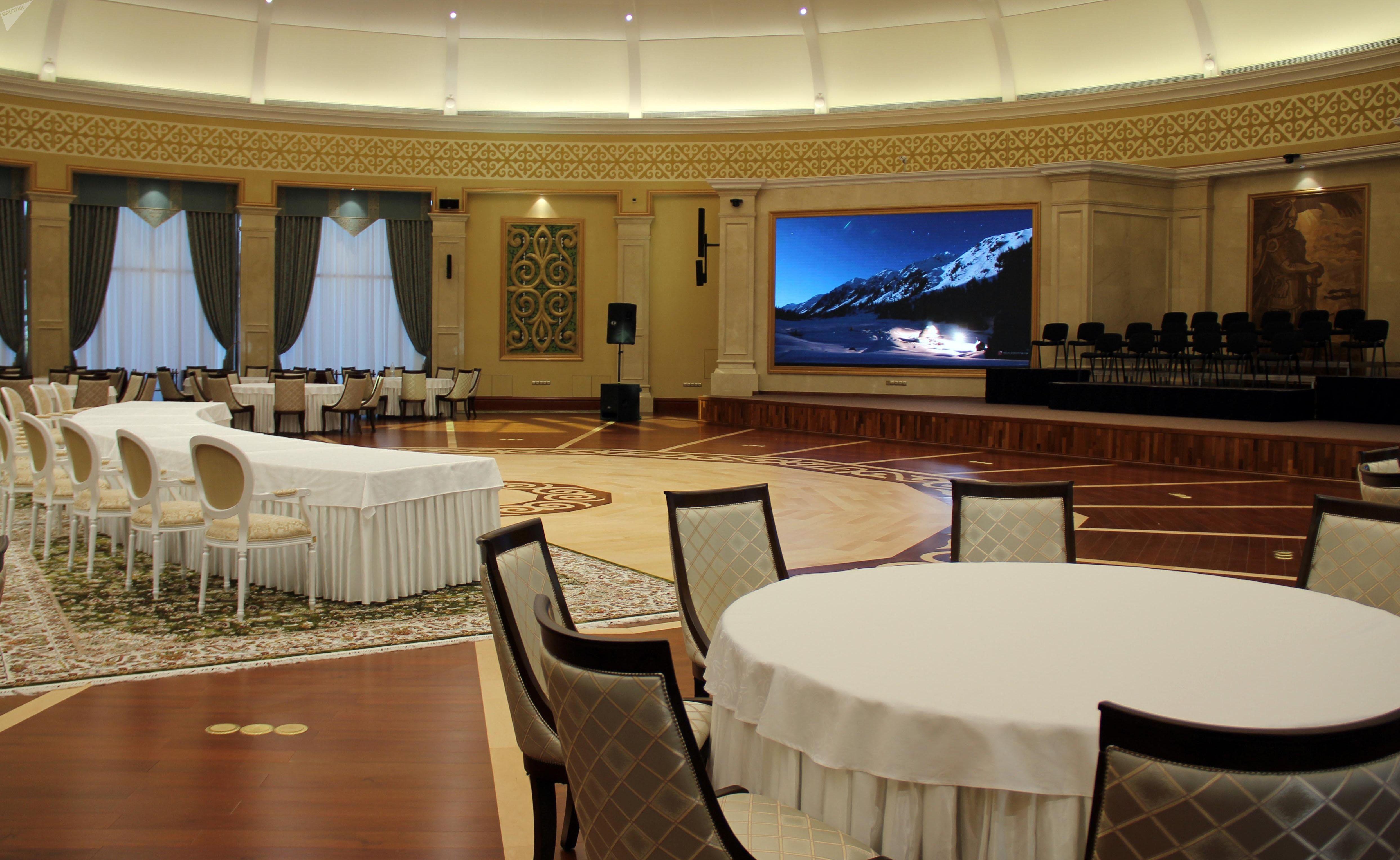 Большой зал в доме приемов в госрезиденции Ала-Арча