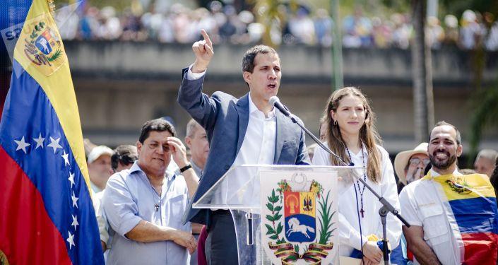 Спикер парламента Венесуэлы и лидер оппозиции Хуан Гуаидо, провозгласивший себя временным президентом страны, на митинге в  Каракасе.