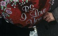 Пара держит воздушный шар. Архивное фото