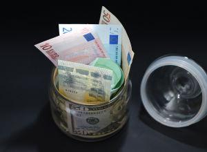 Купюры разного номинала и разной валюты. Архивное фото