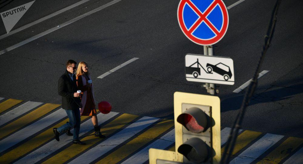 Знак остановка запрещена. Архивное фото
