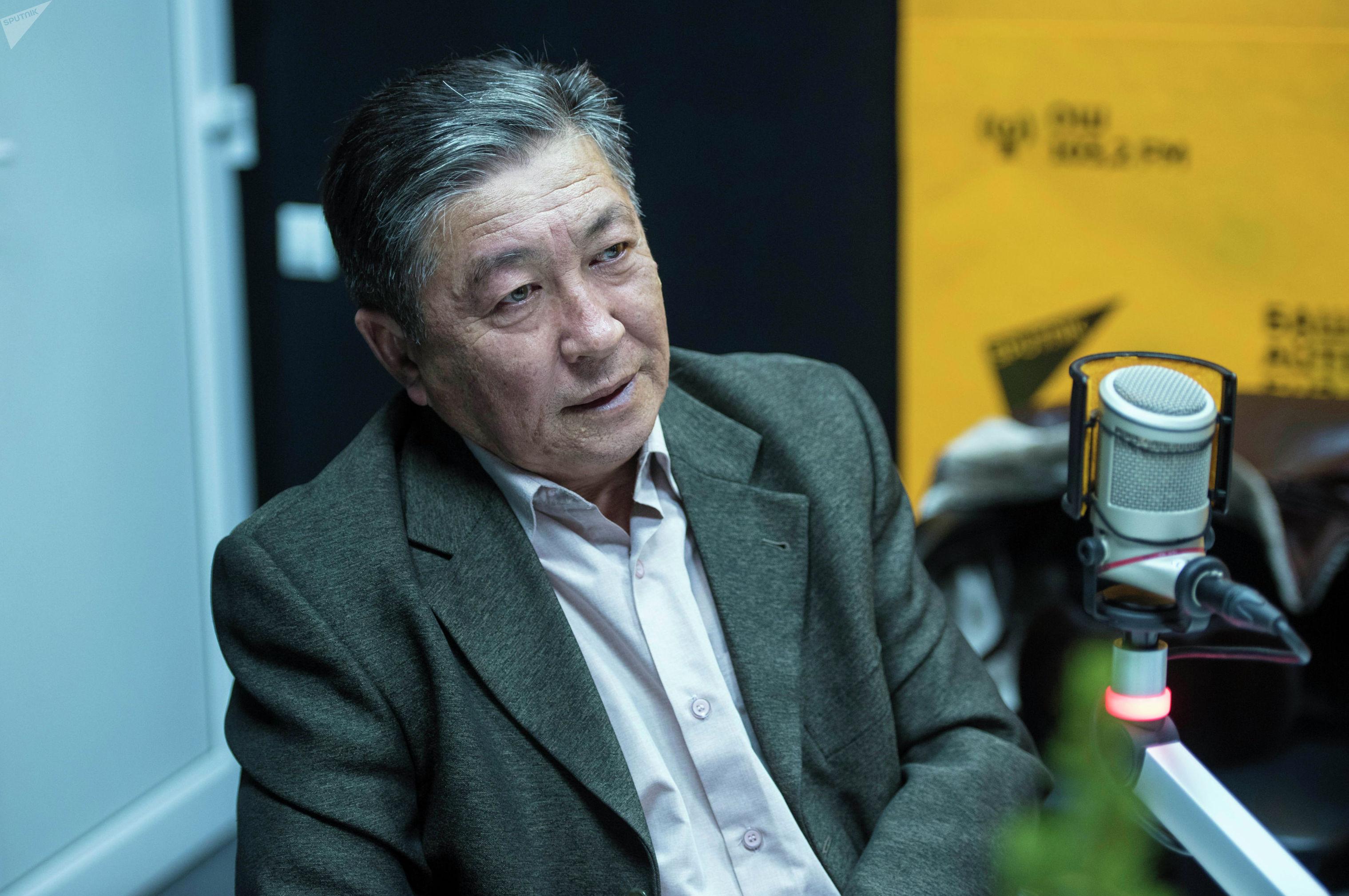 Бывший заместителя министра иностранных дел КР Талант Кушчубеков во время беседы на радио Sputnik Кыргызстан