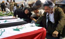 Иран-Ирак согушунда каза болгон Ирак жарандарынын сөөгүн мекенге кайтаруу маалы. Каза болгондордун туугандары. Архивдик сүрөт