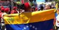 Участники акции в поддержку президента Венесуэлы Николаса Мадуро в Каракасе.