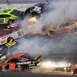В высшем дивизионе американской гоночной серии NASCAR во Флориде ошибка одного из пилотов привела к столкновению 20 автомобилей. Несмотря на масштаб аварии, никто из водителей не получил серьезных травм, однако заезд пришлось прервать.
