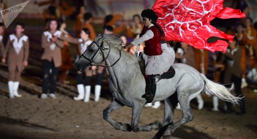 Театрализованное представление на церемонии открытия III Всемирных игр кочевников на ипподроме в Чолпон-Ате