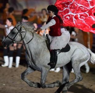 Девушка на лошади. Архивное фото