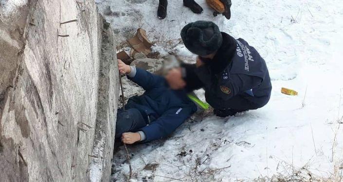 Сотрудники МЧС спасли ребенка застрявшего на мосту в 12-микрорайоне Бишкеке