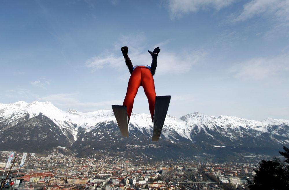 Американский лыжник Бен Лумис выполняет тренировочный прыжок на Чемпионате мира по лыжным гонкам в  Австрии