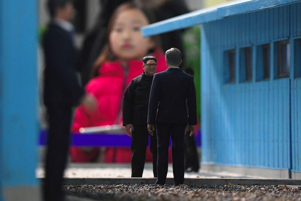 Миниатюрные статуэтки президента Южной Кореи Мун Чжэ Ина и лидера КНДР Ким Чен Ына на железнодорожной станции Дорасан, где осуществляется транспортное сообщение между двумя странами