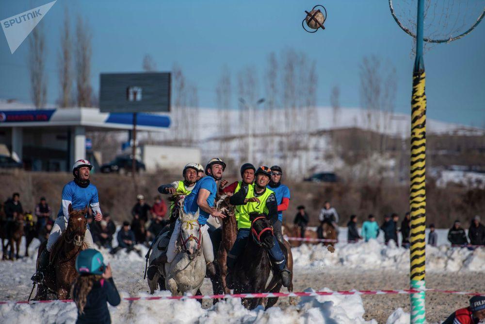 Начало игры было удачным для кыргызстанцев — они забросили два мяча и завершили первый тайм со счетом 2:1. К середине второго тайма Биримдик вел со счетом 4:3, но французы смогли забросить три мяча подряд и обыграли хозяев поля.