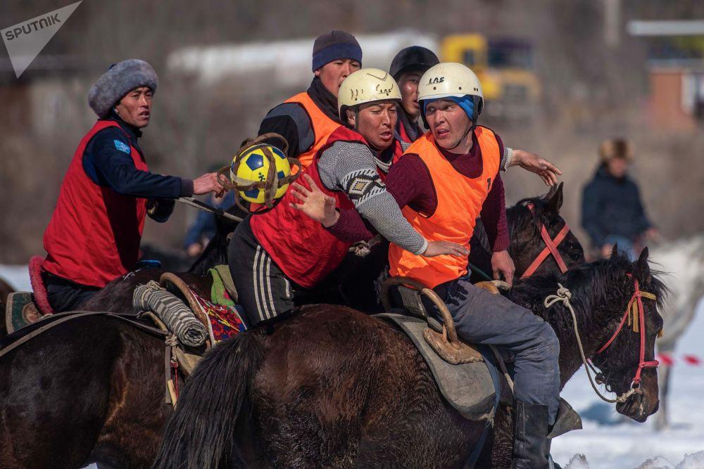 В Токтогульском районе Джалал-Абадской области прошел региональный чемпионат по хорсболу с участием французских спортсменов. Турнир проводят третий год подряд.