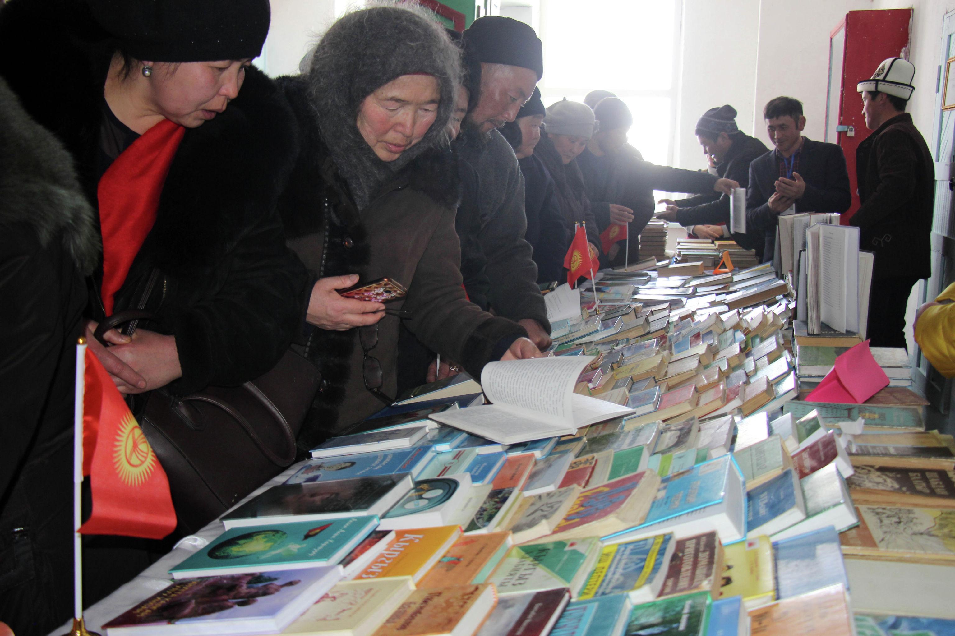 Жители села Ак-Талаа Нарынской области в библиотеке