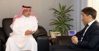 Заместитель председателя правления, исполнительный директор Саудовского фонда развития Халид бин Салим Аль-Худейри и министр иностранных дел Чингиз Айдарбеков