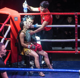 Кыргызстанка Шахриза Халилова во время перерыва на международном турнире по кикбоксингу Max Pro K1 во Дворце спорта имени Кожомкула в Бишкеке