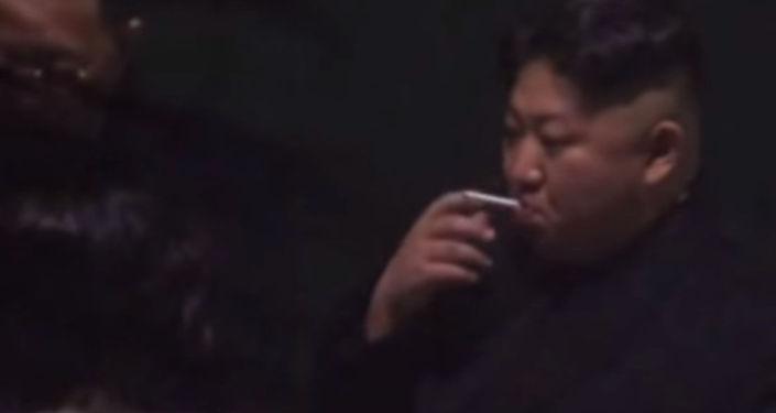 Видеого Түндүк Корея лидеринин эжеси Ким Е Чжон тамекинин күлүн түшүрө турчу табакты кармап турган учуру да түшүп калган.