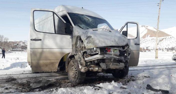 Последствия ДТП в селе Орто-Нура Нарынской области