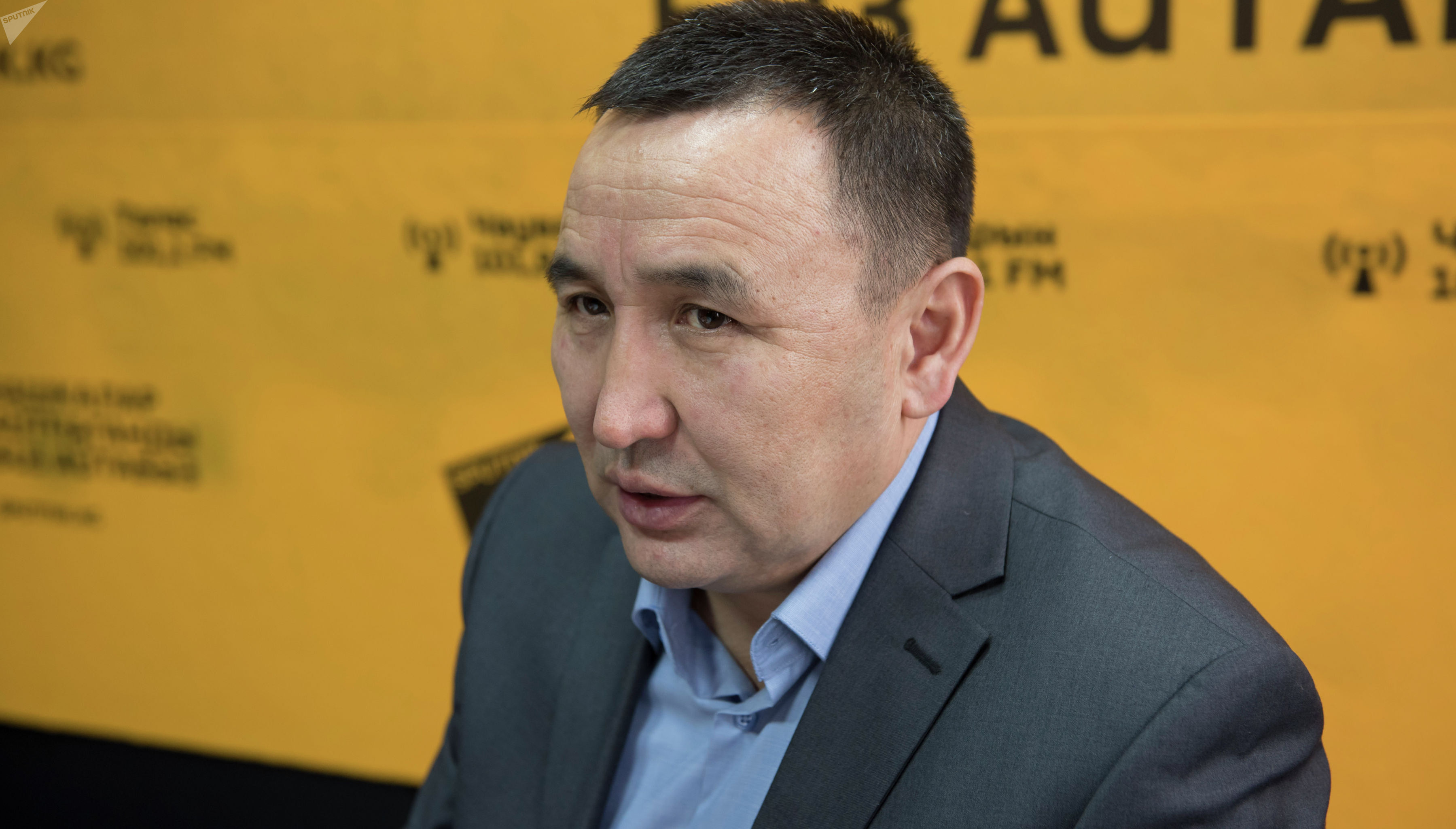 Начальник отдела по противодействию экстремизму и терроризму СПЭНМ МВД КР Ратбек Турусбеков во время интервью на радиостудии Sputnik Кыргызстан