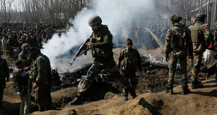 Солдаты индийской армии на месте обломков военного самолета, сбитого ВВС Пакистана. Кашмир, 27 февраля 2019 года