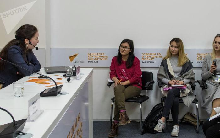 Студенты столичных вузов во время мастер-класса в мультимедийном пресс-центре Sputnik Кыргызстан