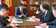 Премьер-министр КР Мухаммедкалый Абылгазиев встретился с исполнительным директором Евразийского фонда стабилизации и развития Андреем Широковым