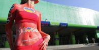 Модель у Дворца спорта в Киеве перед финалом конкурса Евровидение. Архивное фото