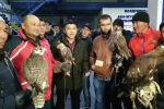 Агентство Sputnik Кыргызстан ведет прямую трансляцию из аэропорта Манас, откуда сейчас в Саудовскую Аравию отправляют всадников со скакунами и птицами.