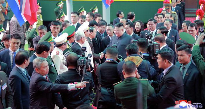 Лидер Северной Кореи Ким Чен Ын прибывает на железнодорожную станцию Донг Данг во Вьетнаме на границе с Китаем, 26 февраля 2019 года