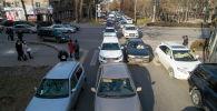 Автомобильный затор на проспекте Эркиндик и улицы Киевской в Бишкеке. Архивное фото