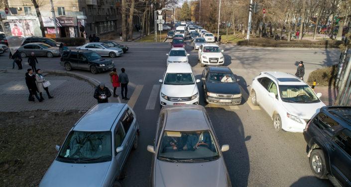 Бишкектин Эркиндик проспектиндеги автоунаалар. Архивдик сүрөт