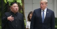 Лидер Северной Кореи Ким Чен Ын и президент США Дональд Трамп беседуют в саду отеля Metropole на саммите в Ханое. 28 февраля 2019 года