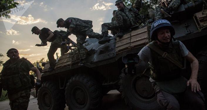 Бойцы ополчения Донбасса в городе Снежное, где происходят боестолкновения с украинской армией. Архивное фото