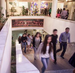 Посетители в фойе Национальной филармонии имени Токтогула Сатылганова