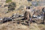Пакистанские солдаты стоят рядом с обломками индийского истребителя, сбитого в контролируемом Пакистаном Кашмире в районе Сомани в районе Бхимбар. 27 февраля 2019 года