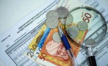 Монеты и купюры на образце единой налоговой декларации. Архивное фото