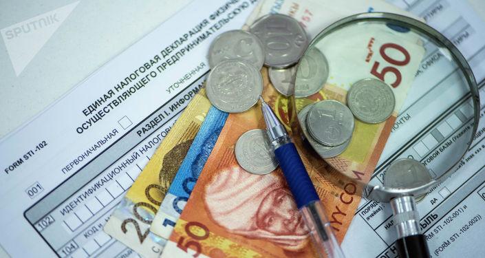 Монеты и купюры на единой налоговой декларации в Кыргызстане