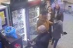 Два покупателя решили выяснить отношения прямо в магазине, однако в разборку вмешалась продавец.